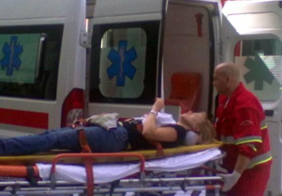 Povređenu devojku odvoze u bolnicu