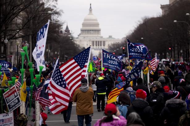 Przed gmachem Kapitolu znajdują się tysiące sympatyków prezydenta USA, którzy uważają że wybory prezydenckie z 3 listopada 2020 roku zostały sfałszowane.