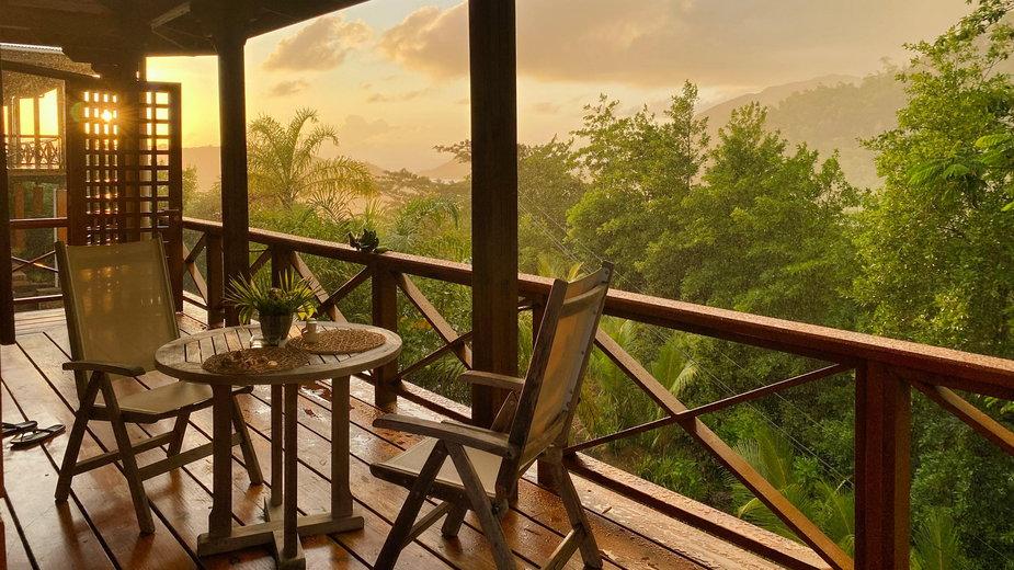 Ratan i drewno na balkonie. Urządzamy się do 350zł w wakacyjnym klimacie