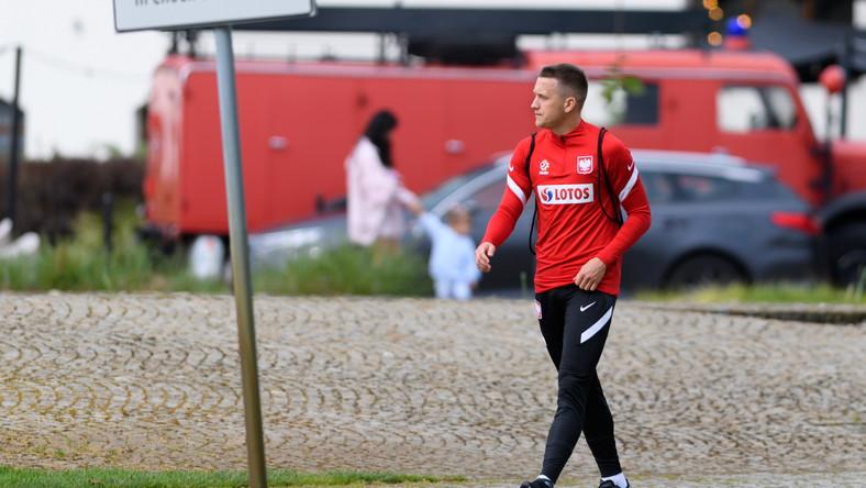 Pomocnik piłkarskiej reprezentacji Polski Piotr Zieliński w drodze na trening kadry w Opalenicy
