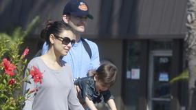 Ashton Kutcher i Mila Kunis z córką na spacerze