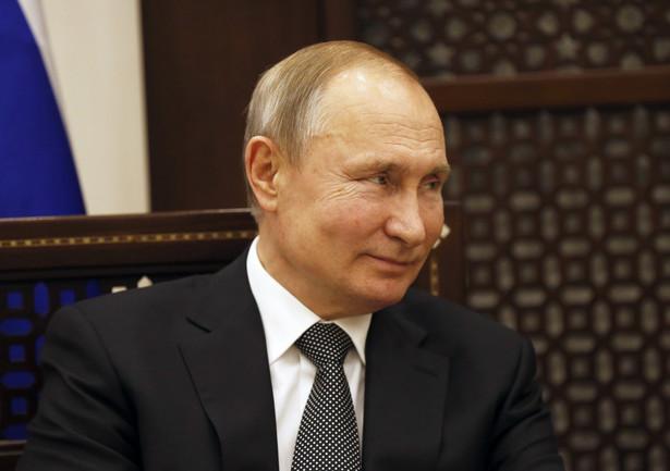 """Rosja jest gotowa do porozumień w ramach OPEC+ i ze Stanami Zjednoczonymi - powiedział w piątek prezydent Władimir Putin. Poinformował, że Rosja może zmniejszyć wydobycie ropy naftowej, ale taka redukcja jest możliwa tylko """"po partnersku""""."""