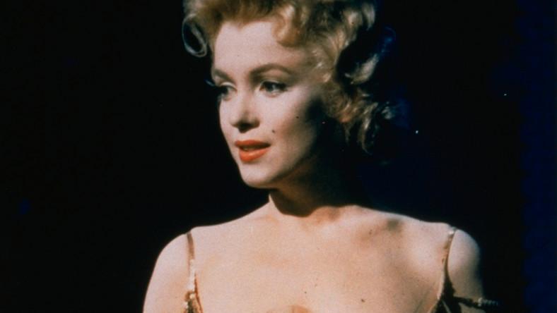 Zanim stała się Marilyn Monroe –boginią seksu i największą z gwiazd kina, młodziutka Norma Jeane Baker zagrała w kilku filmach erotycznych. Na szczęście dla aktorki dystrybucja filmów nie była wówczas tak rozwinięta jak dzisiaj