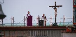 Wierni nie mogli przyjść do kościoła, wszedł dla nich na dach