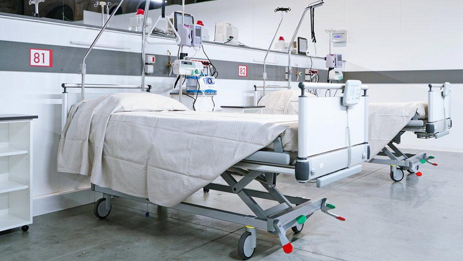 Łóżko w szpitalu tymczasowym (zdjęcie ilustracyjne)