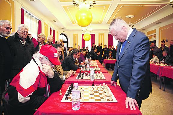 Šekularac sa legendarnim šahistom Anatolijem Karpovim