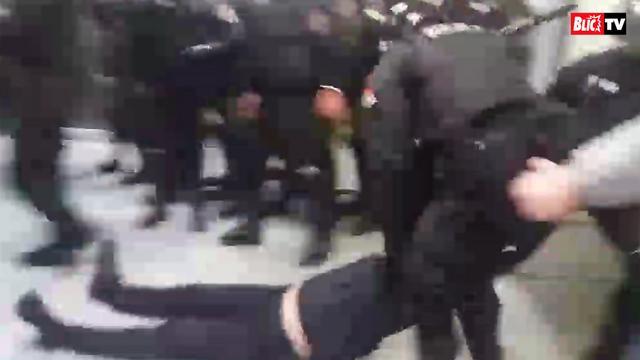 Policija izbacuje demonstrante iz rtsa