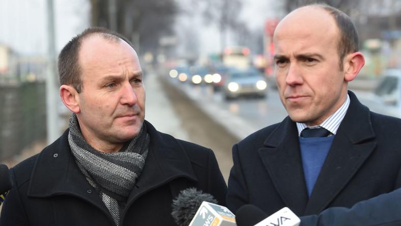 Poseł Nowoczesnej Marek Sowa (L) i poseł PO, były minister sprawiedliwości Borys Budka (P) podczas konferencji prasowej, w pobliżu miejsca wypadku kolumny rządowej z premier Beatą Szydło
