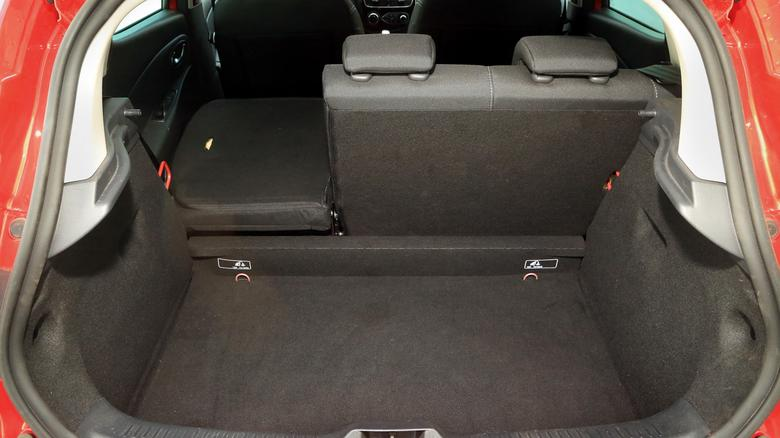 Bagażnik jest duży (300 l) i ma regularny kształt, ale po złożeniu oparcia powstaje wielki próg.