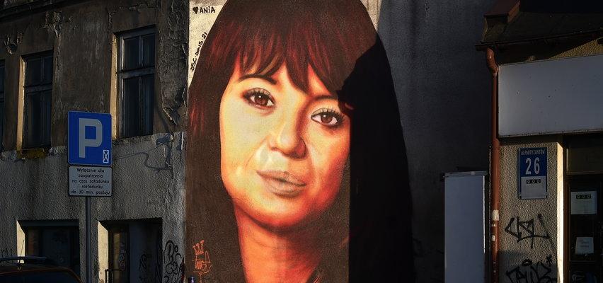 Mural Anny Przybylskiej wywołał kontrowersje. Artysta postanowił go poprawić. Jest lepiej? Oceńcie sami
