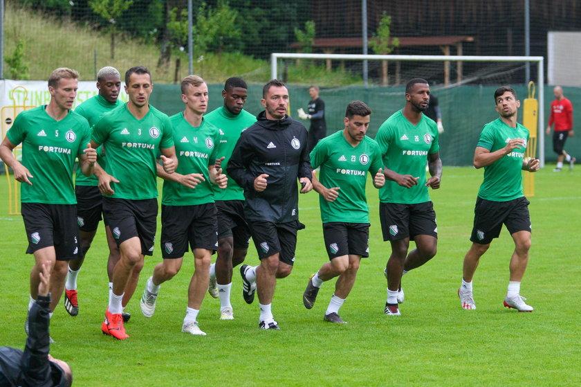 Jeśli uda się dokończyć sezon, piłkarze Legii będą głównym faworytem do wygrania ligi