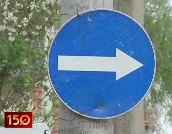 Sami postavili i saobraćajni znak