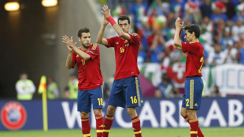 Hiszpanie dziękują kibicom po meczu z Włochami