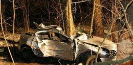 Opel uderzył w drzewa. Młody pasażer nie żyje