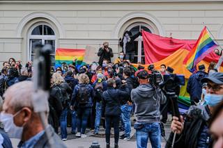 Kilkadziesiąt osób protestowało pod UW