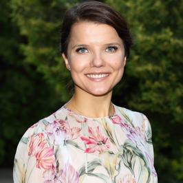 Joanna Jabłczyńska w kwiecistej kreacji wspiera akcję społeczną. Kreacja bardzo ją postarzyła...