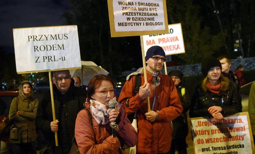 Sejm łaskawy dla antyszczepionkowców. Zaskakujący głos Jakiego