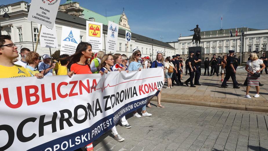 W sobotę protest pracowników ochrony zdrowia przeszedł m.in. przed Pałacem Prezydenckim