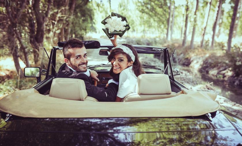 Młoda para w samochodzie w lesie