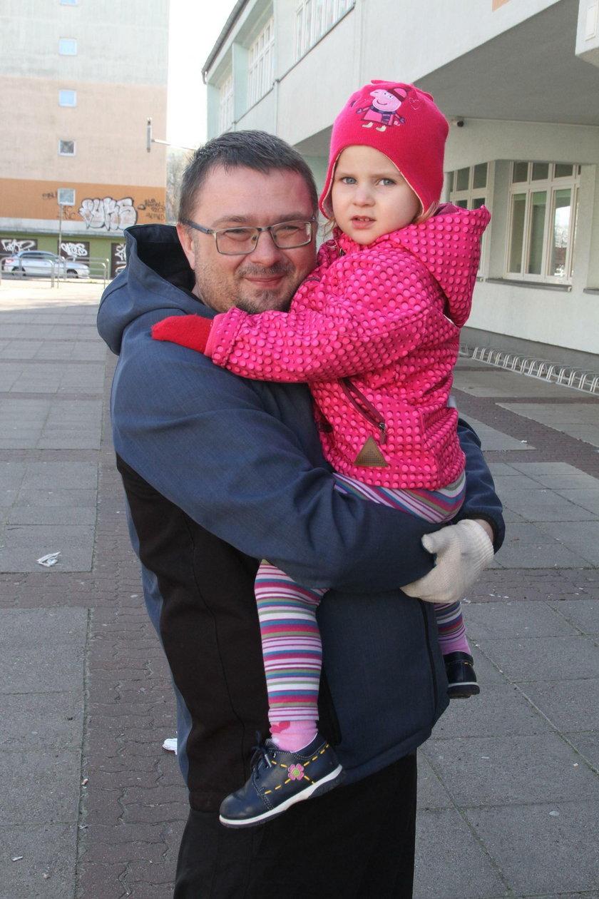 Daniel Miszke z córką Noemi z Kołobrzegu
