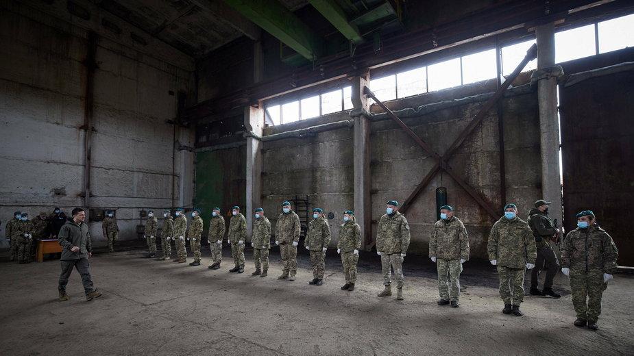 Prezydent Ukrainy Wołodymyr Zełenski wizytuje posterunek na wschodniej Ukrainie