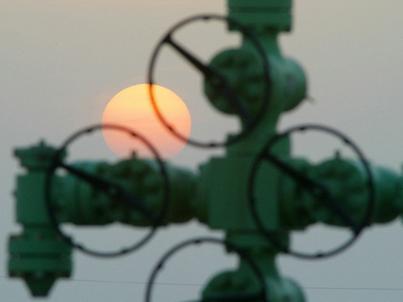 Rozmowy OPEC i innych producentów ropy mają zwiększyć presję na przestrzeganie porozumienia o cięciu dostaw surowca