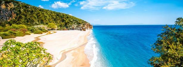 Gjipe, Albania Plaże w okolicach albańskiego Gjipe to mekka nie tylko dla turystów poszukujących słońca, morza i piasku, ale także dla amatorów skalistych zboczy i wspinaczki. Gjipe jest trudno dostępna samochodem właśnie z powodu skalistego otoczenia, które z drugiej strony uatrakcyjniają pobyt. Z uwagi na konieczność pokonania znacznej odległości pieszo do plaży nie ma tu tłumów, które wolą wygodniejsze miejsca.