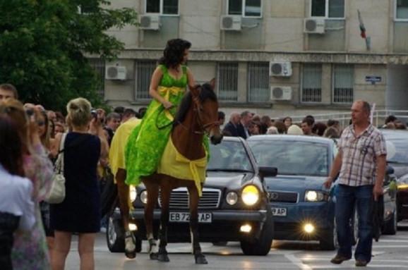 Ova mlada dama želela je da bude u centru pažnje, pa je auto zamenila konjem
