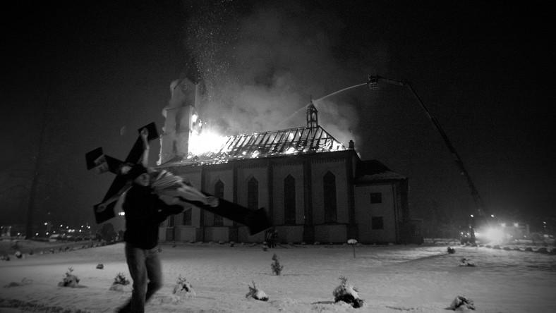 Oto zwycięzca Grand Press Photo. Autor: Michał Legierski, Agencja Fotograficzna Edytor. Mężczyzna wynosi krzyż z płonącego kościoła w Orzeszu-Jaśkowicach. Pożar wybuchł w nocy, gasiło go 30 sekcji straży pożarnej