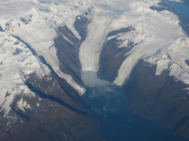 Policja na alaskańskiej wyspie Kodiak zaleciła mieszkańcom, aby udali się na położone wyżej tereny z uwagi na możliwość wystąpienia tsunami.