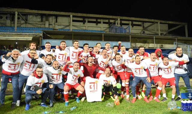 Proslava fudbalera i stručnog štaba Zvezde nakon osvajanja trofeja