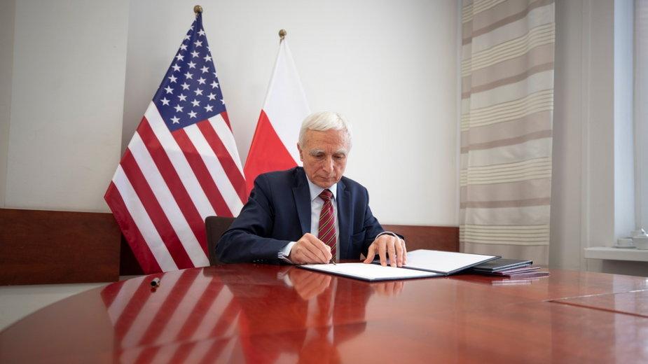 Piotr Naimski podpisuje umowę o współpracy przy atomie z USA. Fot. Biuro pełnomocnika