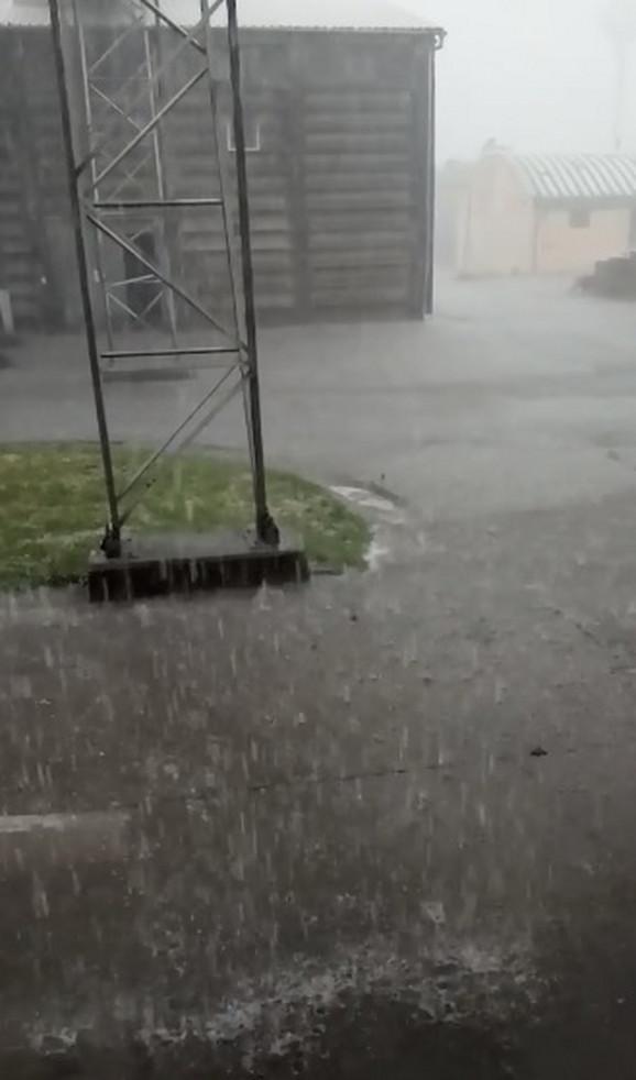 U Bečeju kiša pljušti