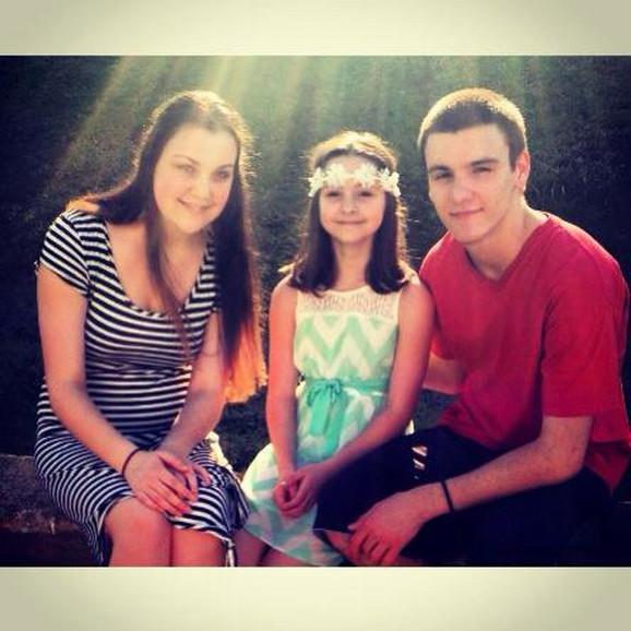 Dragan sa sestrama Milijanom i Marijom