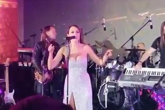 PLJUŠTE ČESTITKE Aleksandra Prijović je sinoć pevala na svadbi sina Mila Đukanovića, a evo šta ju je dočekalo kad je otkucala ponoć
