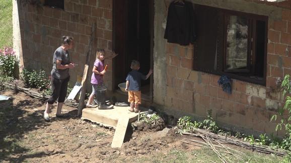 Deca preplašena, voda ušla u kuće