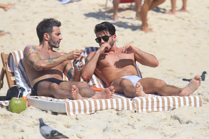 Mark Džejkobs i Hari Luis na plaži