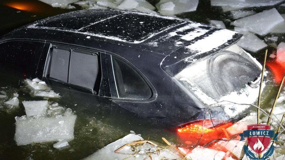 Porsche cayenne wpadło do stawu po załamaniu się lodu