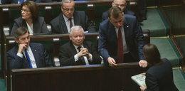 Posłanka PO wręcza prezent Kaczyńskiemu. Reakcja? Bezcenna