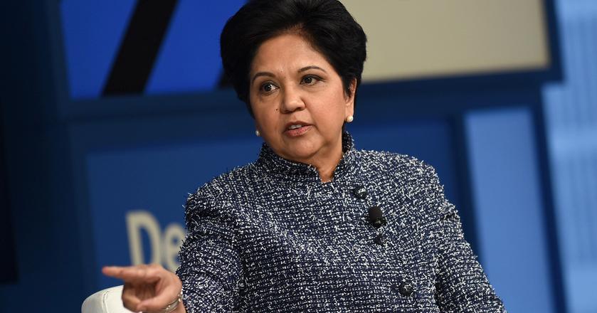 Indra Nooyi, dyrektorka generalna PepsiCo i prezeska zarządu firmy. Jej zdaniem ciężko jest połączyć pracę z życiem rodzinnym i dlatego należy wspierać w tym innych