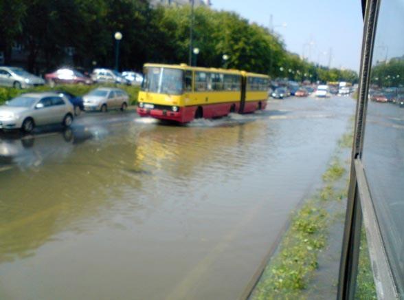 Warszawa tonie. Ulewa sparaliżowała ruch