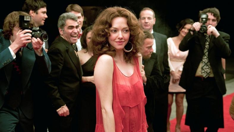 """Reżyserzy """"Królowej XXX"""" Epstein i Friedman nie dostrzegają odcieni szarości i kontrowersyjnych epizodów z życia panny Borman (tak brzmi prawdziwe nazwisko rodowe gwiazdy słynnego """"Głębokiego gardła""""), której przydarzyły się nawet romanse z pornografią ekstremalną, a i postawa moralna tej istnej męczennicy biznesu dla dorosłych nie była tak jednoznaczna, jak się na filmie przedstawia"""