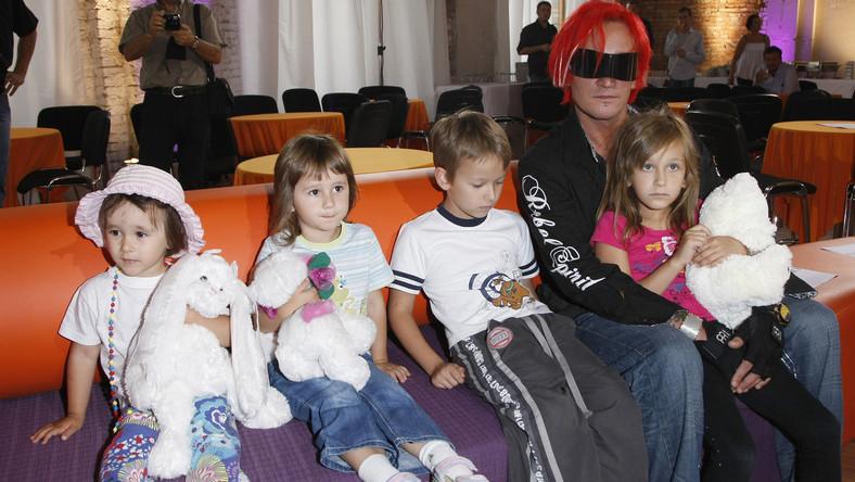 Michał Wiśniewski sam ma czwórkę dzieci. Xaviera i Fabienne z Mandaryną oraz Etiennette i Vivienne z Anną Świątczak. Do tego, muzyk wychowuje także synka swojej obecnej żony, Dominiki, w sumie więc para ma wesołą, pięcioosobową gromadkę.