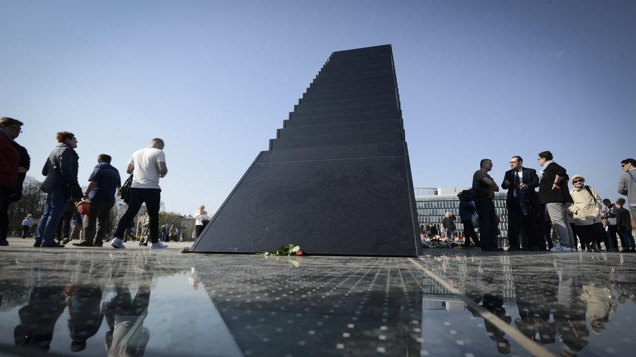 Pomnik katastrofy smoleńskiej na pl. Piłsudskiego w Warszawie