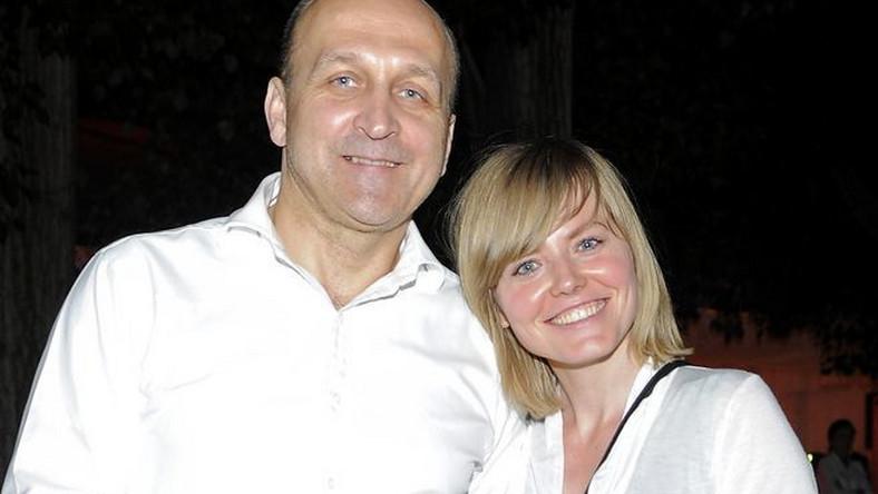 Kazimierz Marcinkiewicz i Isabel poznali się w Londynie, gdzie lsabel pracowała jako analityk w jednym z banków. On miał wówczas 50 lat, ona 28. Jak wyznała ukochana byłego premiera w jednym z wywiadów, początkowo łączyła ich przyjaźń, która dopiero z czasem przerodziła się w miłość.