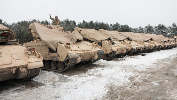 Licząca 3,5 tys. ludzi brygadowa grupa bojowa ma na wyposażeniu 400 pojazdów gąsienicowych i ponad 900 kołowych, w tym 87 czołgów M1A2 Abrams, 18 samobieżnych haubic kal. 155 mm Paladin, ponad 400 samochodów Humvee i 144 bojowe wozy piechoty Bradley. Cały ten sprzęt jest przerzucany do Polski.
