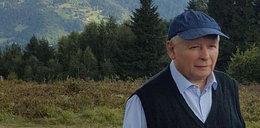 Jarosław Kaczyński na wakacjach. Zatroskany