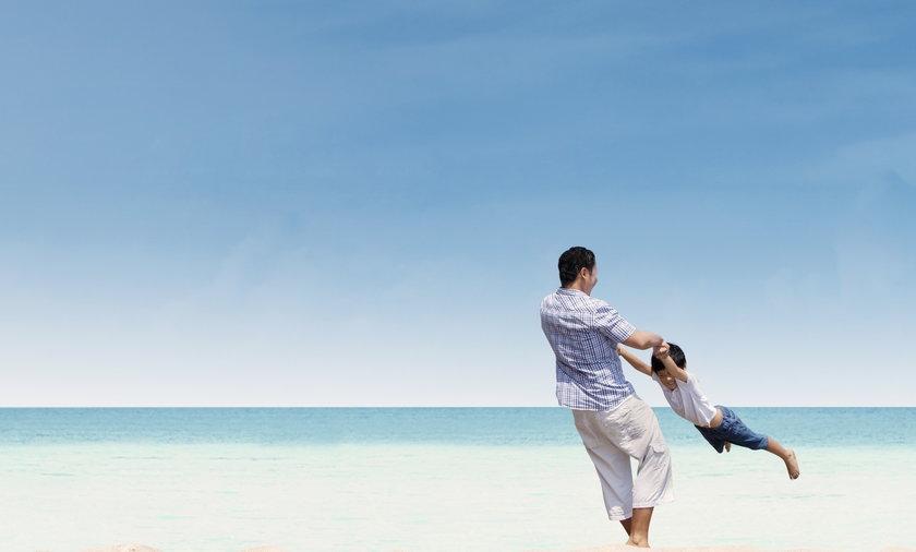 Ojciec z synem na plaży