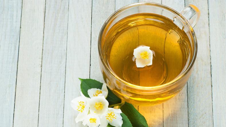 Najnowsze badania pokazują, że herbata nie tylko poprawia zdolność koncentracji, ale i wzmacnia kości, zapobiega nowotworom oraz pomaga w odchudzaniu. Serwis lifehack.org wylicza, jakie korzyści zdrowotne płyną z picia konkretnych rodzajów herbat