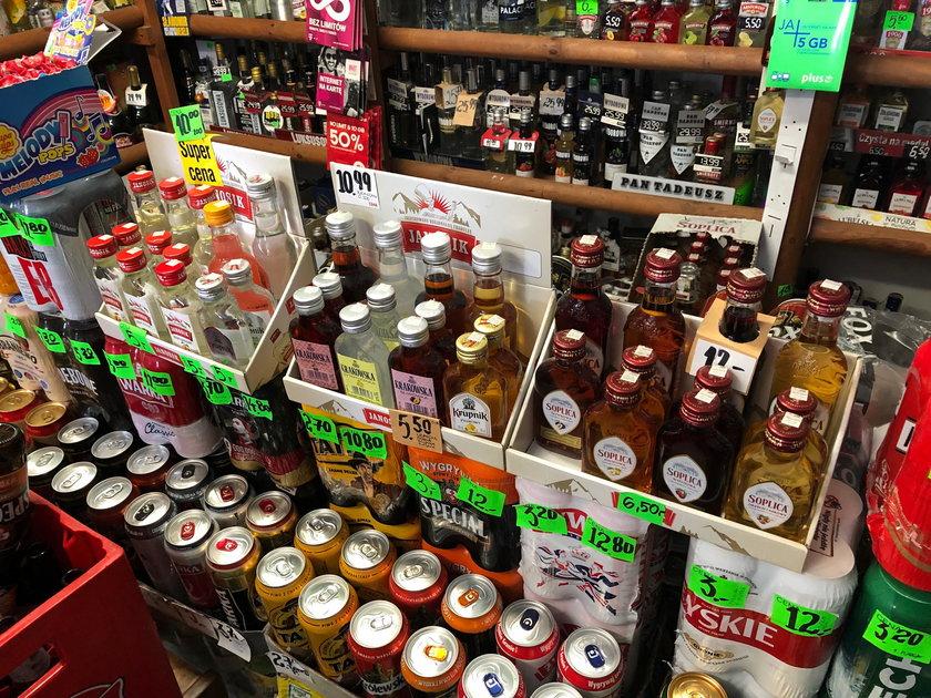 Polacy bardzo często kupują tzw. małpki czyli alkohol w małych opakowaniach